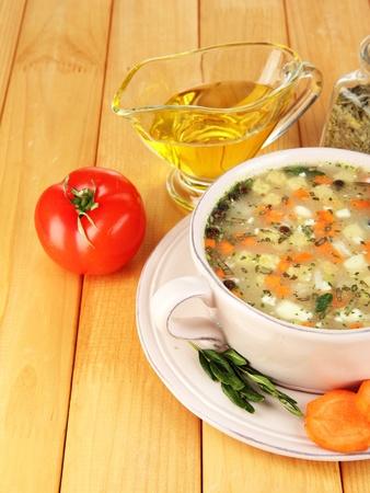 nourishing: Sopa nutritiva en el molde de color rosa en la mesa de madera de cerca