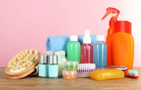 productos de belleza: Servicios del hotel kit de mesa en el fondo rosado Foto de archivo