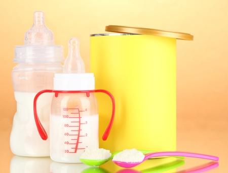 fondo para bebe: Botellas con leche y alimentos para beb?en el fondo de color beige