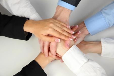 compromiso: Grupo de las manos de la gente joven aislado en blanco