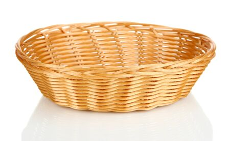 canasta de pan: Cesta de mimbre para el pan aislado en blanco