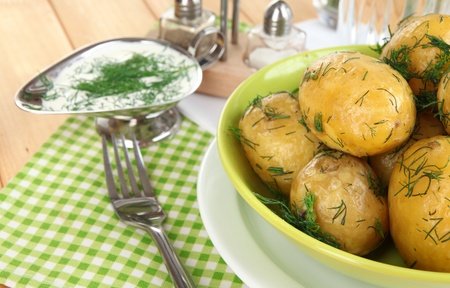platen: Boiled potatoes on platens on on napkins on wooden table