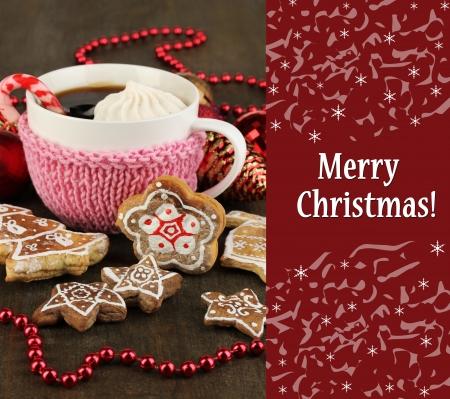 christmas cookies: Kopje koffie met kerstzoetheden op houten tafel close-up