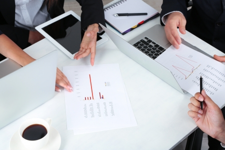 businesspartners: businesspartners manos durante la discusi�n de trabajos de cerca