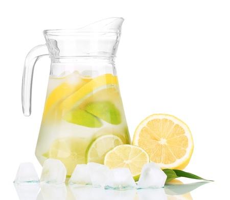 Koud water met limoen, citroen en ijs in waterkruik op wit wordt geïsoleerd