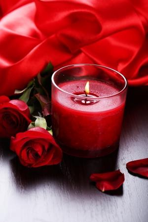 seidenstoff: Sch�ne romantische rote Kerze mit Blumen und Seidentuch, close up
