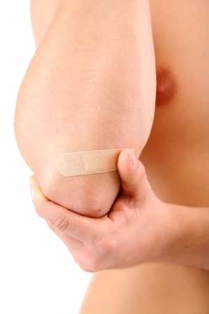 male nude: Giovane con bendaggio adesivo sulla mano, isolato su bianco
