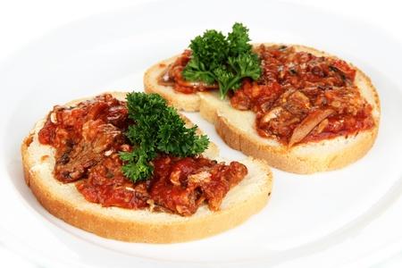 sardine: Gustosi panini con sarde e salsa di pomodoro, close-up