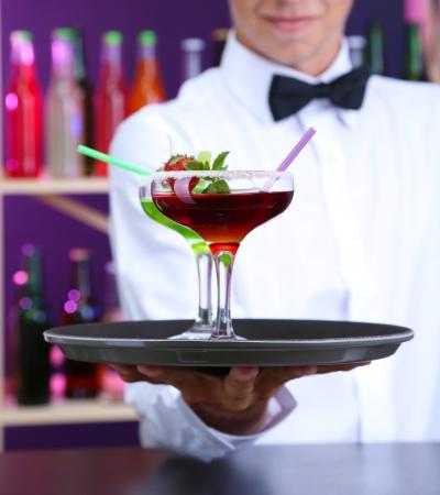 Retrato de camarero guapo con diferentes cócteles cóctel en el bar