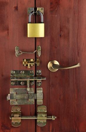 pawl: Perni metallici, serrature e ganci in legno porta close-up