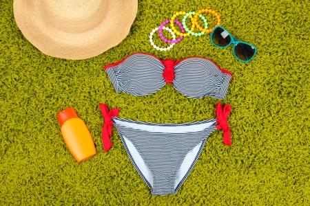 femme en sous vetements: Maillot de bain et articles de plage sur fond vert