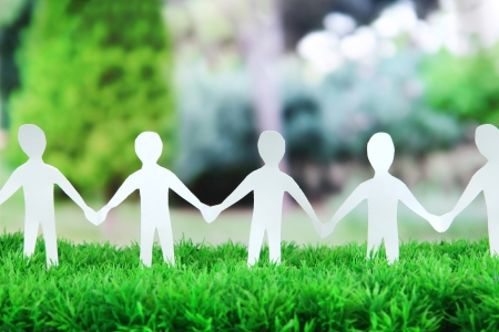 야외 녹색 잔디에 소셜 네트워크 개념 종이 사람들
