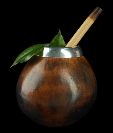 yerba mate: Calabash y el bombilla con yerba mate aislados en negro Foto de archivo