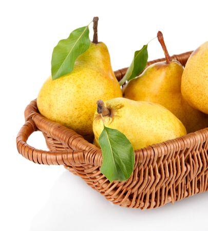 Sappige peren in rieten mand op wit wordt geïsoleerd