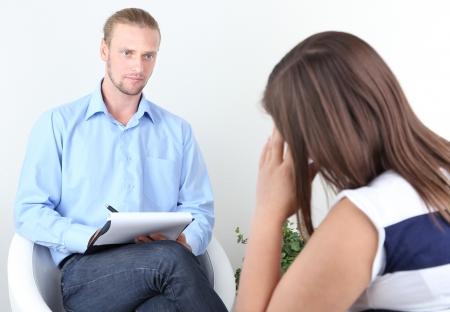 n�vrose: Femme avec le probl�me � la r�ception pour le psychologue