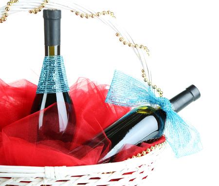 giftbasket: Geschenk mand met wijn geïsoleerd op wit
