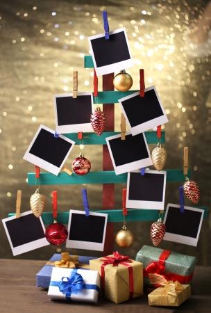 gemaakt: Houten handgemaakte dennenboom met lege fotopapier en kerst decor op glanzende achtergrond