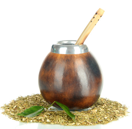 yerba mate: Calabash y el bombilla con yerba mate aislados en blanco