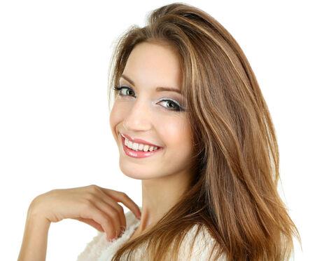 Belle jeune fille souriante isolé sur blanc