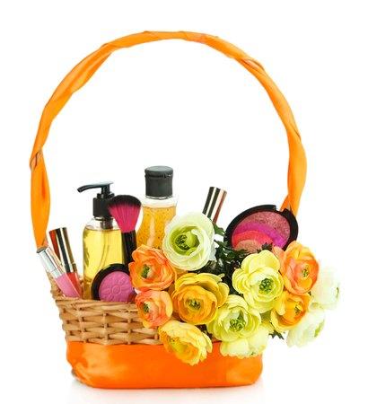 giftbasket: Geschenk mand met cosmetica op wit wordt geïsoleerd