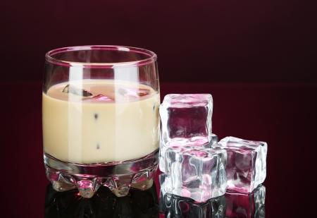 ピンク色の背景上にガラスにベイリーズ リキュール