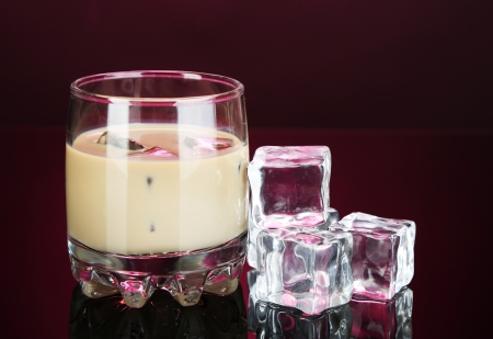 Baileys liqueur in glass on pink background 版權商用圖片
