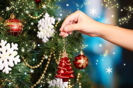 Versieren kerstboom op een lichte achtergrond Stockfoto
