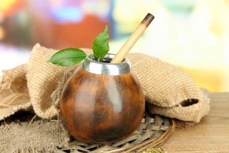yerba mate: Calabaza y bombilla con yerba mate en la mesa de madera
