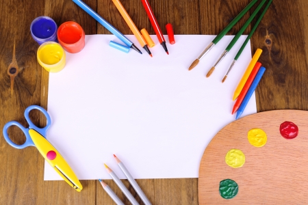 creative tools: Composizione di diversi strumenti creativi sul tavolo close-up
