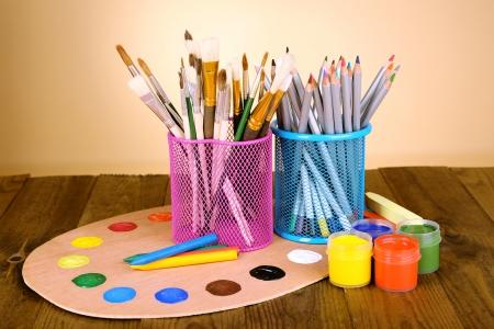 creative tools: Composizione di diversi strumenti creativi sul tavolo su sfondo beige