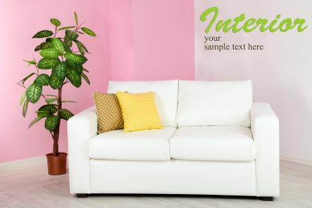 colores pastel: Blanco sofá en la habitación a la pared de fondo de color rosa Foto de archivo