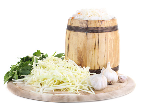 マリネしたキャベツ (ザワークラウト)、木製樽で、白で隔離