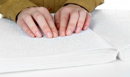 braille: Mujer oculta leer libro escrito en Braille