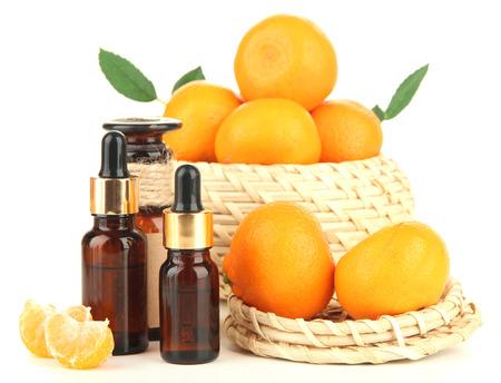 L'huile essentielle de mandarine et de mandarines, isolé sur blanc