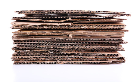 Pile de carton pour le recyclage isolé sur fond blanc