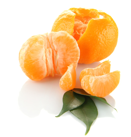orange peel clove: Mandarini maturi isolati su bianco