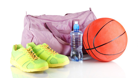 Sporttas met sportartikelen op wit wordt geïsoleerd Stockfoto
