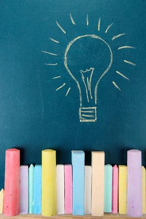 colores pastel: Tizas de colores y el dibujo en el escritorio de la escuela Foto de archivo