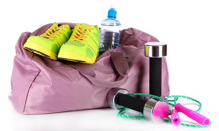 Sac de sport avec des équipements de sport isolé sur blanc