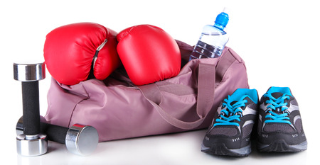 zapatos escolares: Bolsa de deportes con equipos deportivos aislados en blanco