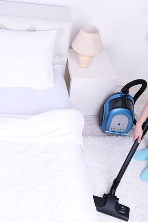 Nettoyage à la maison avec un aspirateur