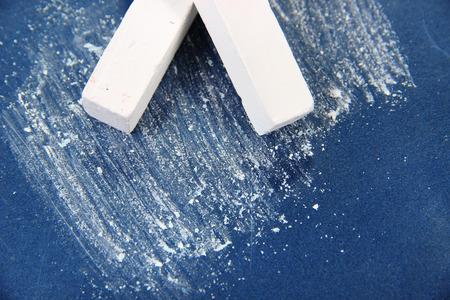 white chalks: Blanco tizas en el escritorio de la escuela