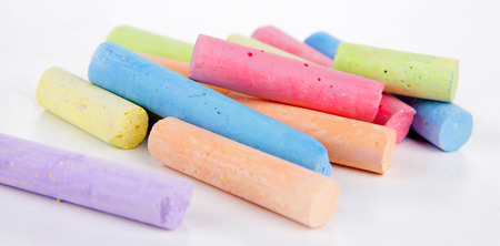 white chalks: Tizas en variedad de colores, aislados en blanco Foto de archivo