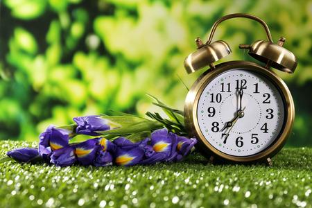 Réveil numérique sur l'herbe verte, sur fond de nature