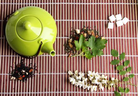 Herbal nat�rliche floral Aufguss mit trockenen Blumen Zutaten, die auf Bambusmatte Hintergrund photo