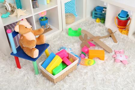 Kleurrijke speelgoed op pluizige tapijt in de kinderkamer
