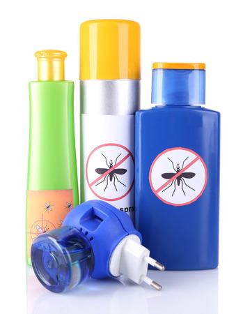 fumigador: Botellas con crema repelente de mosquitos y el fumigador, aislados en blanco