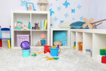 habitacion desordenada: Juguetes pl�sticos coloridos en la sala de los ni�os Foto de archivo