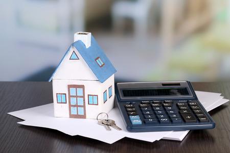 おもちゃの家およびテーブルはクローズ アップでの電卓