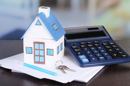 maison de Toy et une calculatrice sur la table close-up Banque d'images